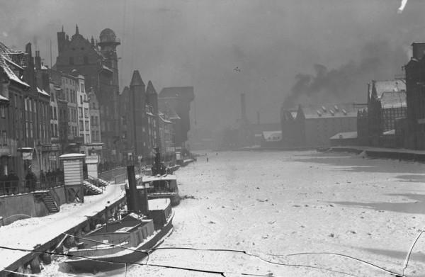 Mroźna zima w międzywojennym Gdańsku nie raz skuwała Motławę lodem.