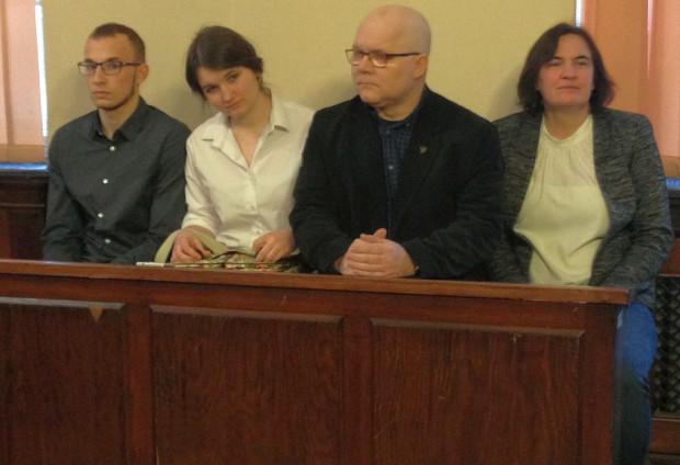Rodzina Kołakowskich i Jakub Kardaś tuż przed ogłoszeniem wyroku. Na sali sądowej nie pojawił się piąty z obwinionych - Jan Kołakowski.