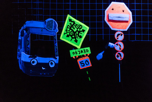 Wśród wielu ciekawych rozwiązań scenograficznych znajdziemy m.in. piosenkę znaków drogowych.