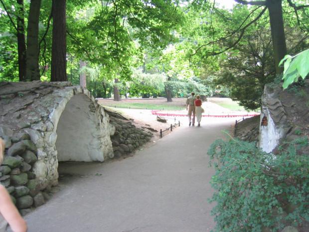Groty Szeptów w parku Oliwskim.