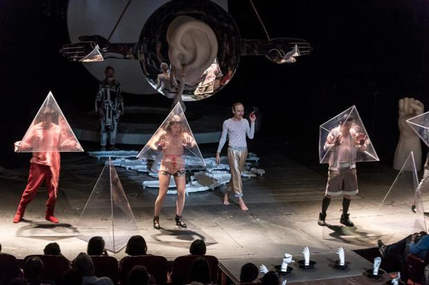 """Festiwal Szekspirowski zyskał również dofinansowanie trzyletnie w wysokości 300 tys. zł na każdy rok. To jednak o 100 tys. zł mniej niż rok temu. Na zdjęciu """"Hamlet"""" Narodowego Starego Teatru w Krakowie, spektakl grany podczas ubiegłorocznej edycji imprezy."""