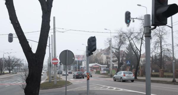 Nowa sygnalizacja jeszcze nie działa, bo pogoda nie pozwala na zbudowanie przejścia dla pieszych.