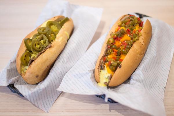 Kanapki Pana Balerona, czyli Cheesesteak z Filadelfii - dużo grillowanej wołowiny, serowy sos i przeróżne dodatki.