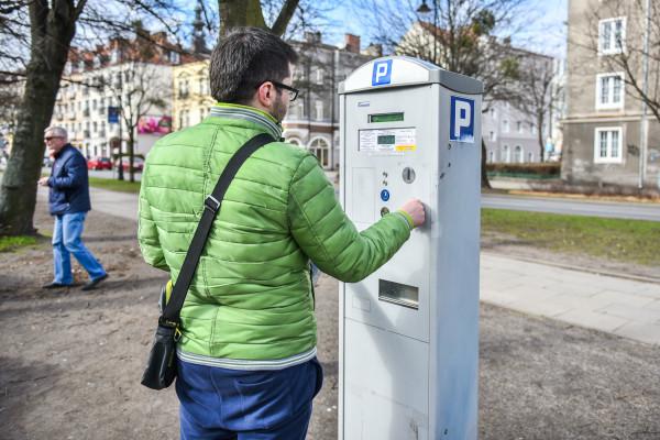 W poniedziałek kierowcy nadal wnosili opłaty za parkowanie.