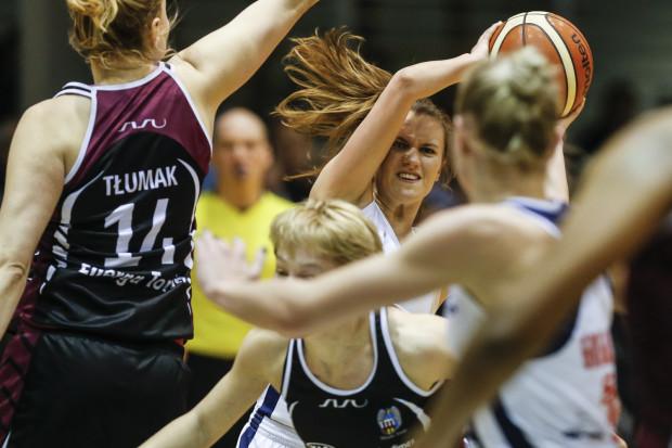 W niedzielę Energa skutecznie osaczyła Basket 90 i pokazała, jak powinna wyglądać gra w play-off. Z piłką Kamila Podgórna, która mecz zakończyła bez punktów.