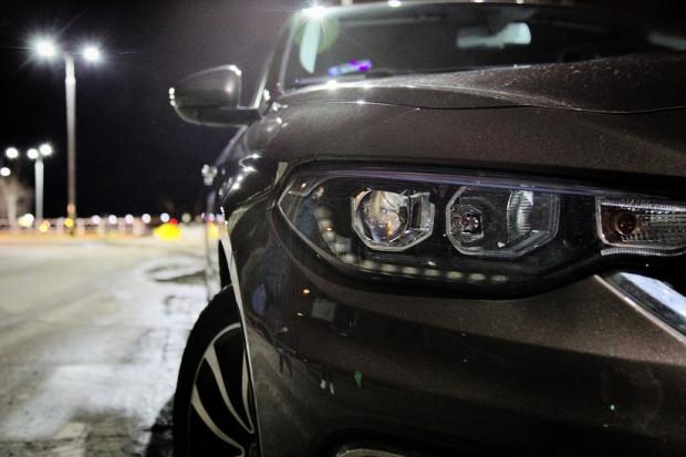 W najbogatszej wersji wyposażenia Lounge otrzymamy m.in. światła LED do jazdy dziennej oraz światła przeciwmgielne z funkcją doświetlania zakrętów.