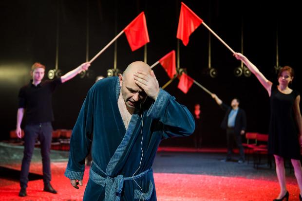 """Z kolei Adam Orzechowski lubi pracować z Radosławem Paczochą. Jednym z najbardziej udanych owoców tej współpracy jest spektakl """"Broniewski"""" Teatru Wybrzeże (na zdjęciu)."""