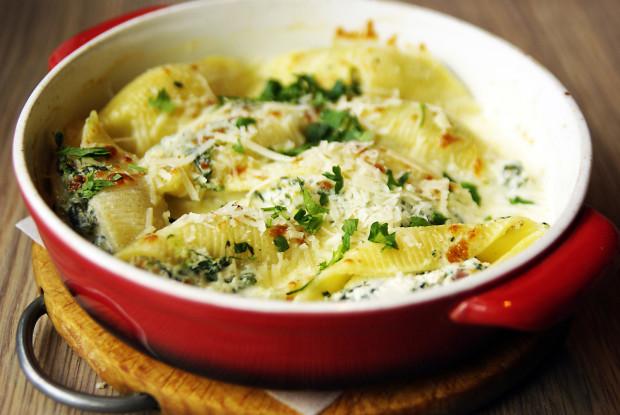 Conchiglioni ripieni/al forno - muszle nadziewane szynką speck, ricottą i szpinakiem w sosie śmietanowym, zapiekane pod mozzarellą.