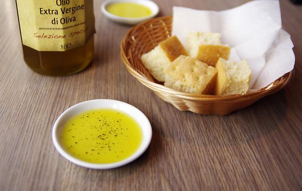 Tzw. czekadełko: kawałki puchatej focaccii i intensywna w smaku oliwa.