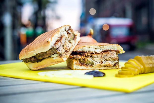 Menu barobusu Food Cab to raj dla mięsożerców. Zjemy tutaj m.in. kanapkę z karkówką czy żeberkami. Wszystkie podawane są w grillowanym panini.