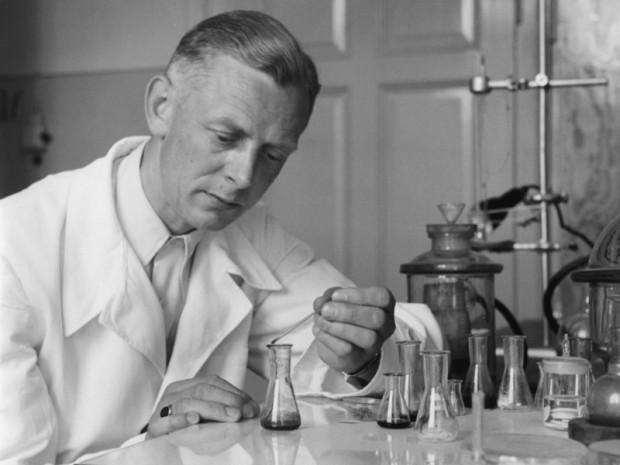 Adolf Butenandt przy pracy. Zdjęcie pochodzi z archiwum Towarzystwa im. Maxa Plancka.