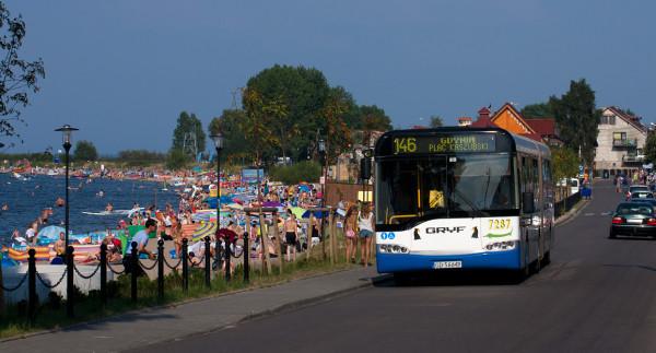 Latem linia 146 poza godzinami szczytu jest wykorzystywana przez turystów chcących dotrzeć na plażę.