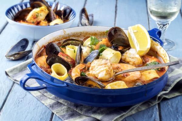 """Bouillabaisse - zupa rybna przyrządzana w rejonie Marsylii już z VII w p.n.e. Do jej przyrządzenia wykorzystuje się różne gatunki ryb morskich, owoce morza, a także pomidory i szafran. W ramach """"Smaków Francji"""" będzie jej można posmakować m.in. w restauracji Open Kitchen oraz Sztuczka Bistro."""