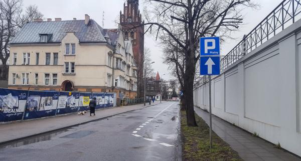 Miejsca do parkowania na ul. Zator-Przytockiego wyznaczono wzorem krajów Europy Zachodniej bezpośrednio na jezdni, a nie kosztem chodnika.