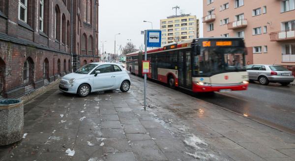 Strażnicy zapowiadają, że nie będą już pobłażliwie spoglądać na kierowców, którzy m.in. parkują na przystankach komunikacji miejskiej.