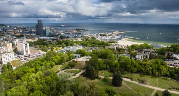 Z Kamiennej Góry rozciąga się jeden z piękniejszych widoków na Gdynię. Na zdjęciu szczyt z lotu ptaka.