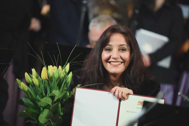 Podczas koncertu zespołowi przekazano życzenia i listy gratulacyjne, a zasłużonym pracownikom kapeli - nagrody pieniężne. Na zdj. Katarzyna Rogalska.