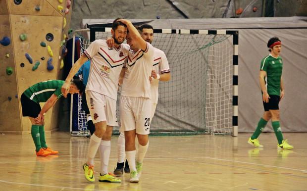 Łukasz Szmydki (z lewej) drugi mecz z rzędu popisał się hat-trickiem.