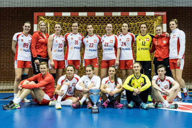 Reprezentacja Polski z pucharem za drugie miejsce.