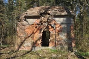 Niszczejący grobowiec rodziny Gralathów w  Sulminie , kilka kilometrów od Gdańska.