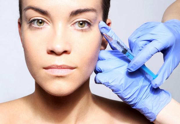 """Mezoterapia od lat jest uważana za najlepsza """"kroplówkę"""" dla skóry. Ostrzykiwanie wybranych partii ciała preparatami z kwasem hialuronowym, koktajlem witamin, gliceryny lub kofeiny powoduje, że cera staje się elastyczna i nawilżona."""