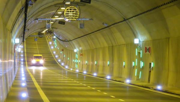 Tunel pod Martwą Wisłą po tym weekendzie ma wyglądać jak nowy. Drogowcy przeprowadzą gruntowne jego czyszczenie.