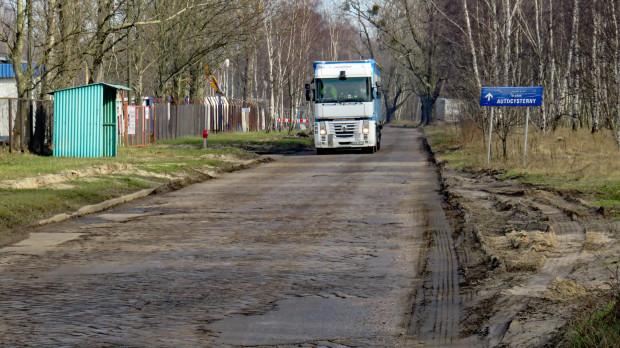 Ulica Ku Ujściu w Gdańsku. Dla poprawy komfortu przejazdu kilka lat temu zerwano z niej asfalt odsłaniając bruk.
