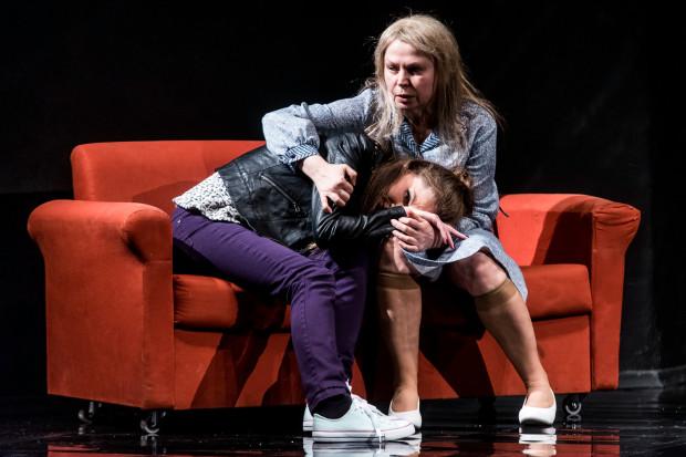 Dorota Lulka (Wdowa, po prawej) w relacjach swojej bohaterki z córkami oddaje cały wachlarz emocji kochającej, wyrozumiałej matki. To najlepsza rola całego spektaklu.
