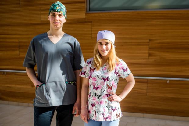 Trójmiejscy lekarze i pielęgniarki coraz częściej odchodzą od klasycznych fartuchów i decydują się ubarwić szpitalne korytarze.