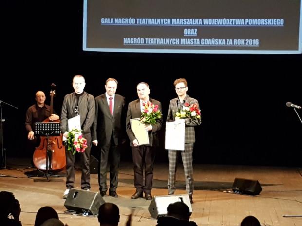 Nagrody Teatralne Marszałka Województwa Pomorskiego Mieczysława Struka (stoi drugi od lewej) trafiły do Mirosława Kaczmarka (po lewej), Krzysztofa Babickiego (drugi od prawej) i Jarosława Tumidajskiego (po prawej).