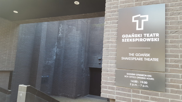 Mało estetyczne białe zacieki widoczne są wyraźnie na czarnej elewacji Teatru Szekspirowskiego w Gdańsku. Widać je m.in. przy głównym wejściu do obiektu.