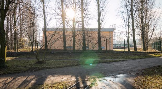Stacja prostownikowa u zbiegu al. Hallera i ul. Grudziądzkiej. Zamiast niej zaplanowano ogólnodostępny plac publiczny, z przyległą do niego zabudową o wysokości do 40 metrów.