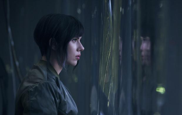 """W """"Ghost in the Shell"""" kluczową kwestią jest wpływ technologii na życie człowieka i sposób, w jaki ten dąży do samodoskonalenia, nawet kosztem utraty kontroli nad otaczającym światem. Pod tym względem amerykański remake ustępuje jednak japońskiej anime z 1995 roku."""