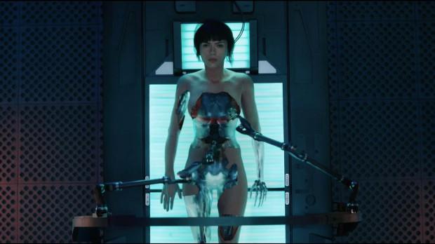 Mira (Scarlett Johansson) jest hybrydą człowieka i maszyny. Staje do walki z niebezpiecznym hakerem, który za wszelką cenę pragnie zniszczyć korporację Hanka Robotics, odpowiedzialną za udoskonalanie ludzi.