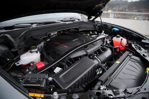 """Pod maskę testowanego egzemplarza trafił 2-litrowy """"benzyniak"""" o mocy aż 280 KM."""
