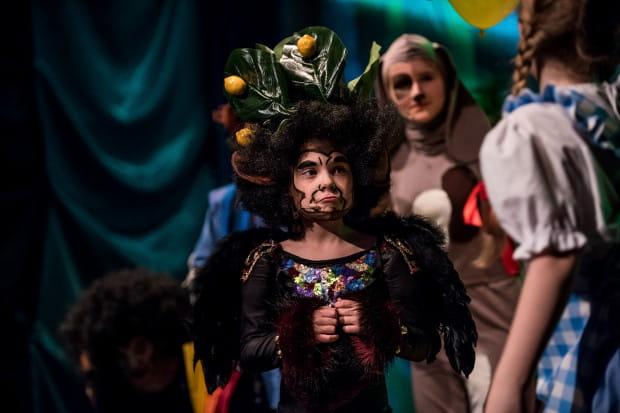 Uwagę zwracają też zabawne epizody. Tym razem serca publiczności skradła Królowa Małp w wykonaniu Marysi Gryglewskiej.
