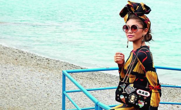 Kreatorzy mody gustują w falbanach. Skojarzenia z kulturą flamenco i Hiszpanią jak najbardziej na miejscu. Delikatne łączki przegrywają na starcie z ocierającym się o kicz kwiatowym total lookiem. Dolce & Gabbana zamieniają różnorodny kwietnik na spójne wzory ułożone z róż lub słoneczników.