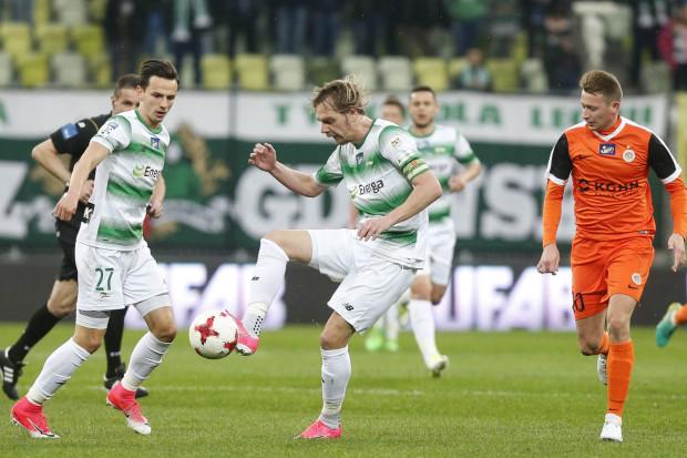 Wygrana Lechii nad Zagłębie sprawiła, że przewaga 4. na 5. drużyną ekstraklasy wzrosła aż do 11. punktów. Na zdjęciu Milos Krasić (z piłką) i Rafał Wolski (27), którzy doskonale napędzali akcje biało-zielonych zwłaszcza przed przerwą. Wówczas defensywny pomocnik rywali, Jarosław Kubicki (nr 20) często bywał spóźniony