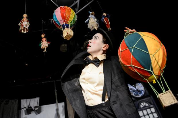 """Lalkowy spektakl """"Baloniarze"""" Teatru Miniatura skierowany jest do dzieci od lat trzech i inspirowany jest twórczością Tima Burtona. Premiera 8 kwietnia."""