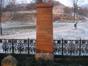 Obelisk nagrobny Klawitterów jest ostatnim śladem po zlikwidowanych cmentarzach u stóp Grodziska.