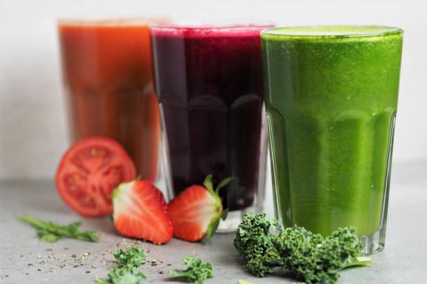 Kiedy mamy do wyboru koktajl z warzyw i owoców, w miarę możliwości wybierajmy te warzywne - mają mniej cukru i mniej kalorii.