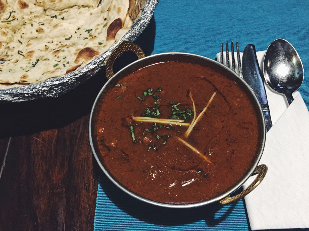 Kaszmirskie curry z jagnięciną w Bollywood Lounge.
