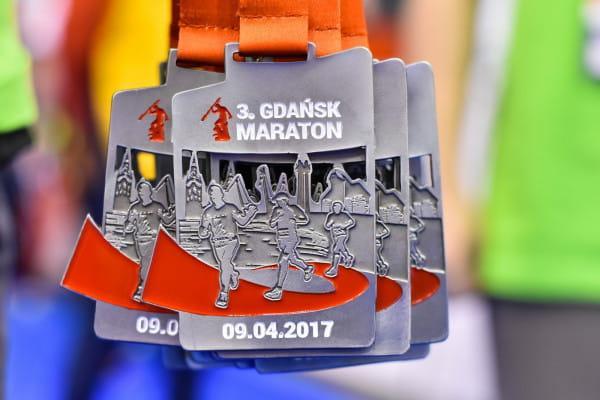 Pamiątkowe medale, które otrzymali na mecie uczestnicy maratonu.