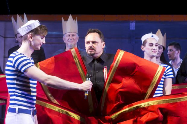 Historia teatru opowiedziana jest przez pryzmat historii Polski i Gdańska, zaś oponentem kolejnych teatralnych dyrekcji jest Pierwszy Sekretarz (bardzo dobry w tej roli Piotr Łukawski, w środku).