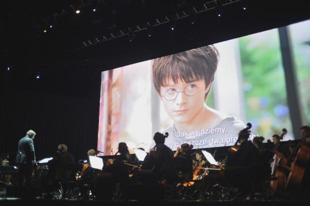 """W niedzielny wieczór w Ergo Arenie Sinfonietta Cracovia wykonała pełną ścieżkę dźwiękową do filmu """"Harry Potter i kamień filozoficzny"""", wyświetlanego na 480-calowym ekranie, w oryginalnej wersji językowej z polskimi napisami."""