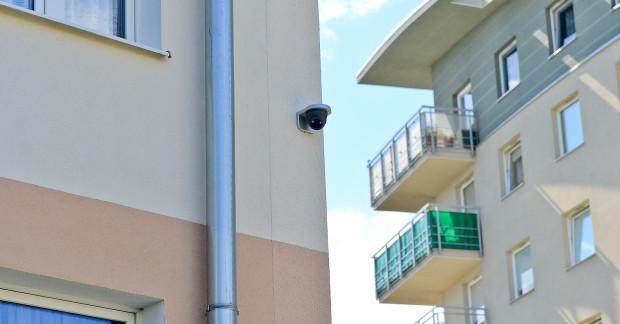 Po zainstalowaniu kamer przy wejściu do budynku skończyły się dewastacje i zakłócanie spokoju.