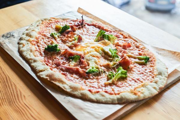 Brekkie Pizza, czyli śniadaniowa pizza w Aioli.