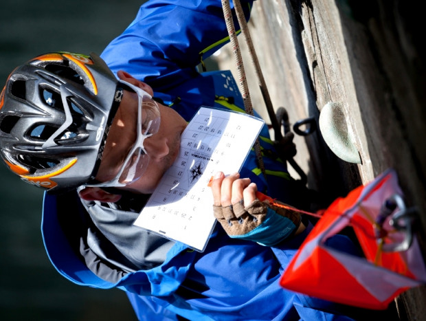 Jedno z zadań specjalnych polegało na wspięciu się na filar mostu kolejowego by podbić kartę startową