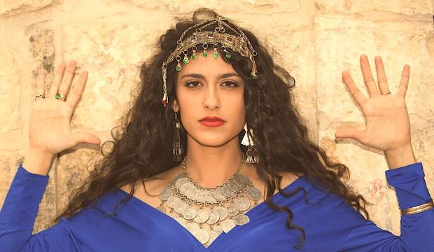 Mor Korbasi zabierze nas w muzyczną podróż śladami Żydów sefardyjskich, w XV wieku wypędzonych z Iberii, którzy przez Maroko i Bałkany wracali na ziemie swoich praojców. Stąd też Mor najczęściej śpiewa w ich języku, ladino.