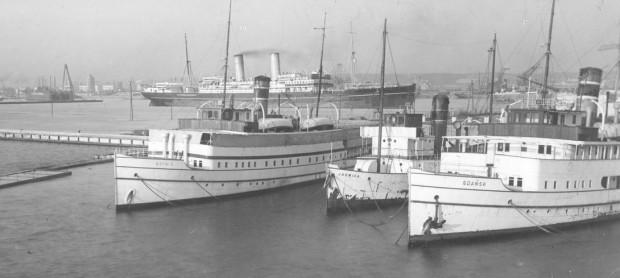 """Transatlantyk """"Polonia"""" oraz statki pasażerskie """"Białej Floty"""": """"Gdynia"""", """"Jadwiga"""", """"Gdańsk"""" w gdyńskim porcie. Zdjęcie wykonano w lipcu 1933 r."""